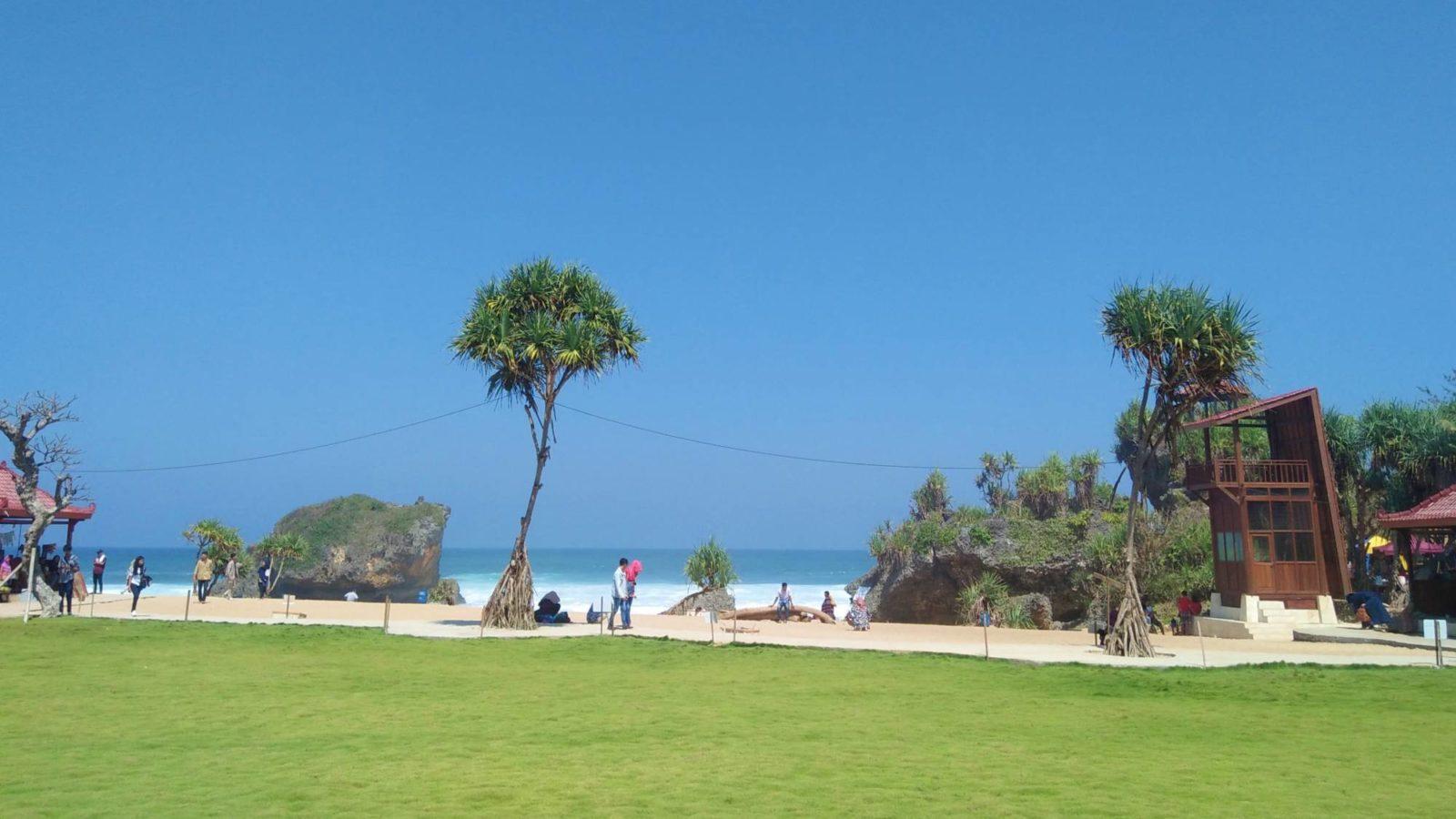 Pantai Ngrawe, Pantai Cantik Dengan Taman yang Cantik