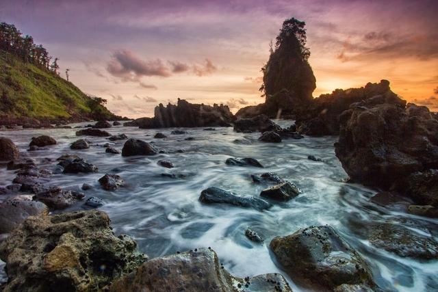 JAWA TENGAH – Bongkahan Batu Nan Indah, Pantai Karang Agung
